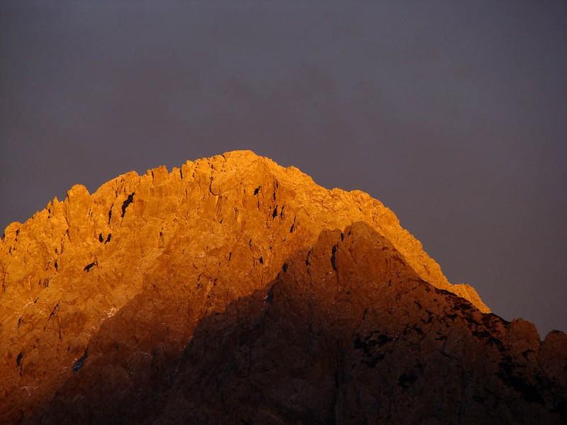 Monte Schiavon più scuro (si vede anche la croce) e Monte Crissin più chiaro alle sue spalle. Foto di Danilo de Martin